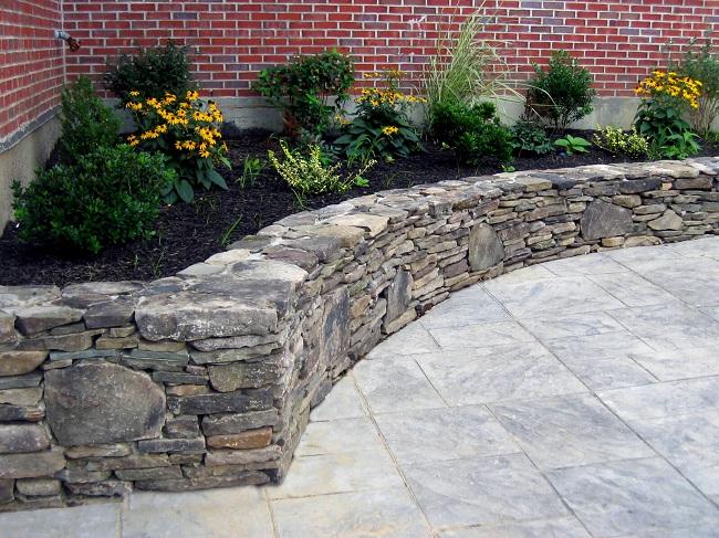 клумба из камня гранита