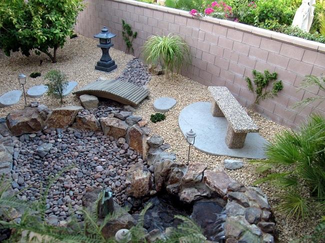 японский сад камней с каскадом