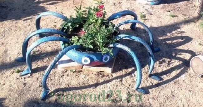 клумба паук из покрышки