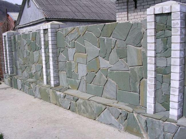бетонный забор отделанный плитняком