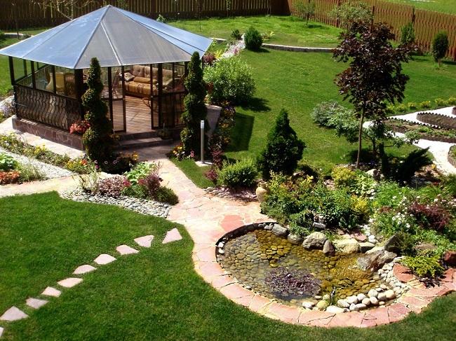 ландшафтный дизайн двора с прудиком и беседкой