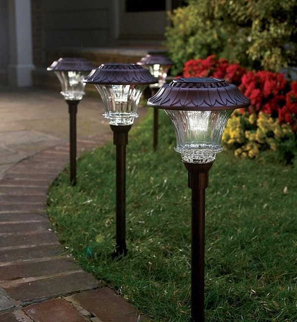 светильники на солнечных батареях для дачи и загородного дома