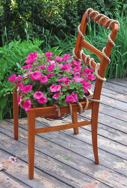 декоративная клумба из старого стула
