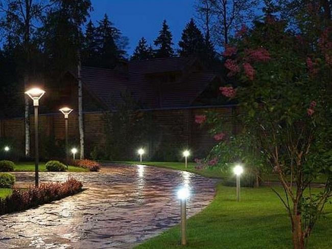 фонари на участке загородного дома