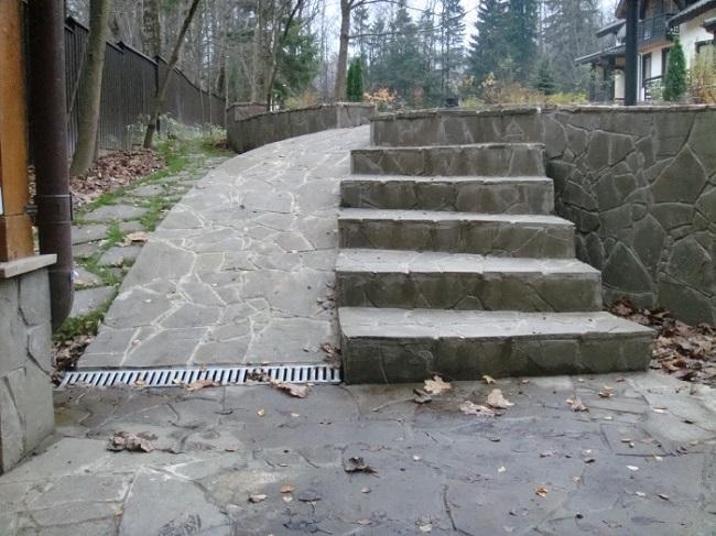 пандус с лестницей на участке со склоном