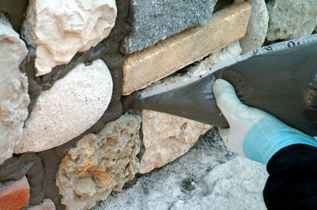 заполнение швов камней цементом