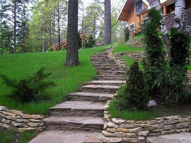 каменные ступеньки на участке со склоном
