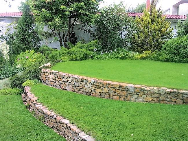 сад на неровном участке