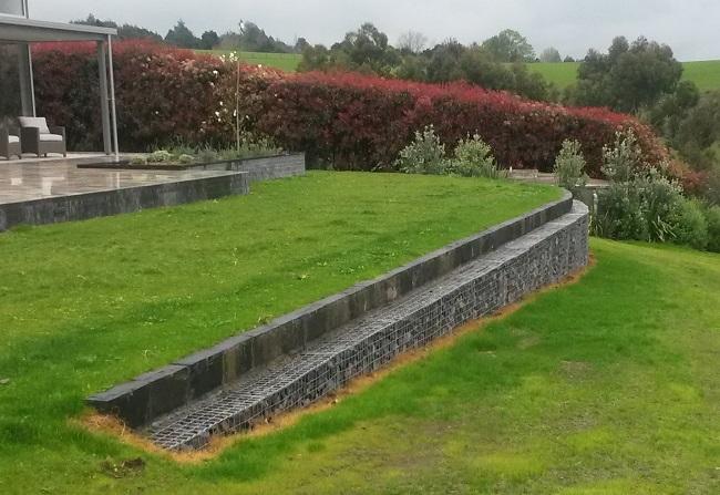 подпорная стенка из габионов на участке со склоном