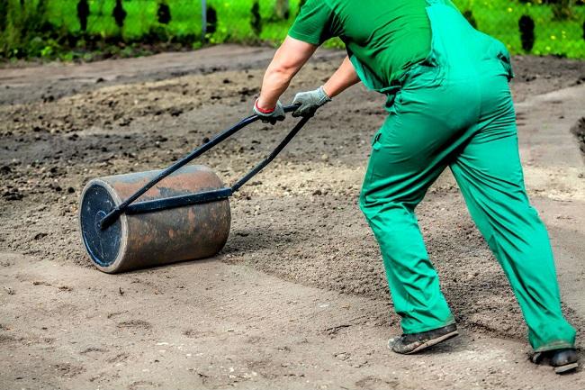 прокатываем почву катком