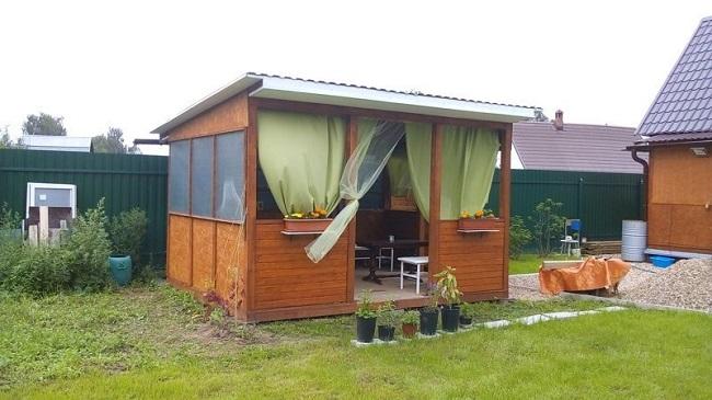 деревянная беседка-павильон на даче