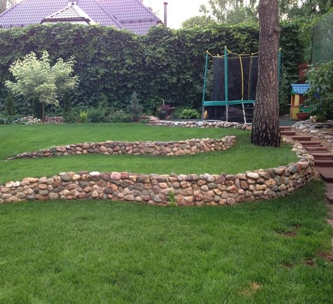 Подпорные стенки из камня на дачном участке