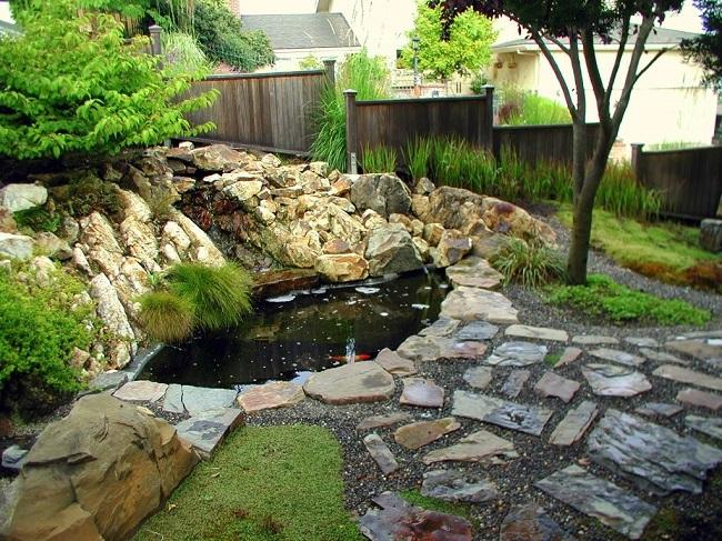 искусственный водоем окруженный каменным садом