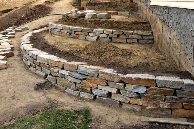 возведение подпорных стенок на загородном участке