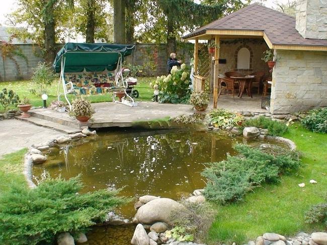 Обустройство мест отдыха на загородном участке с беседкой и прудом