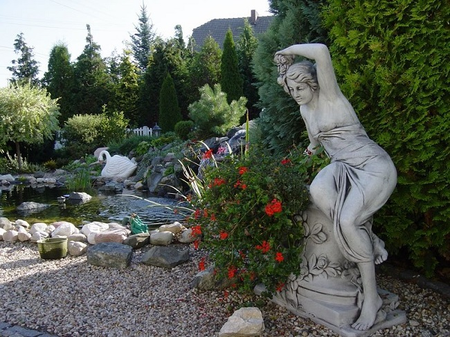 скульптура в античном стиле на участке