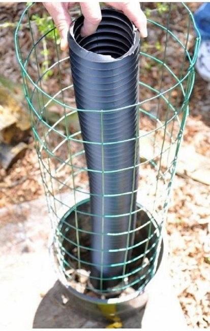 вертикальная клумба из металлической сетки и геотекстиля