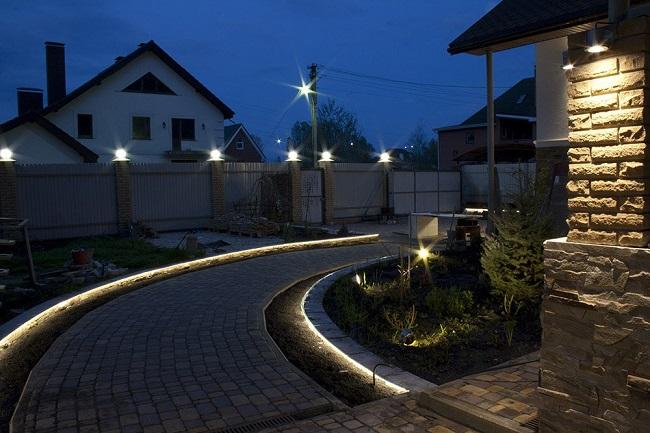дкоратвиное освещение двора частного дома