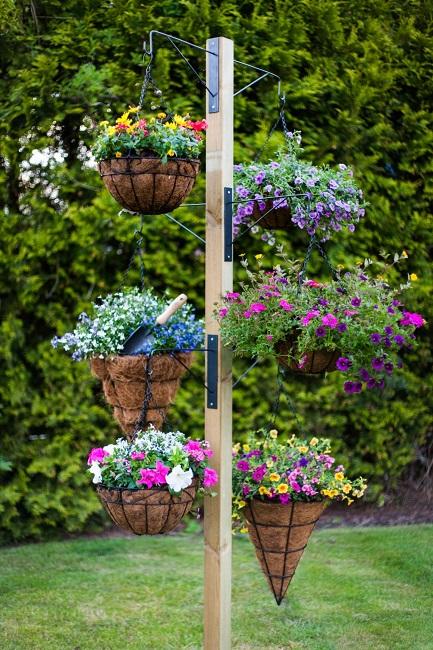 стойка с крючками для цветов на улице