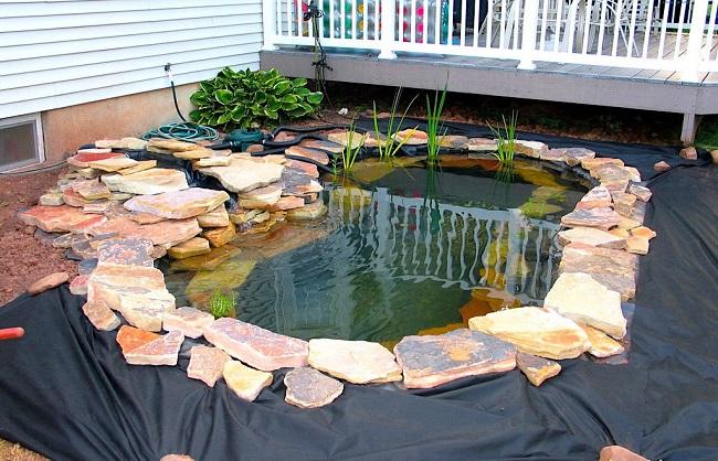 декорирование водоема из пленки камнями