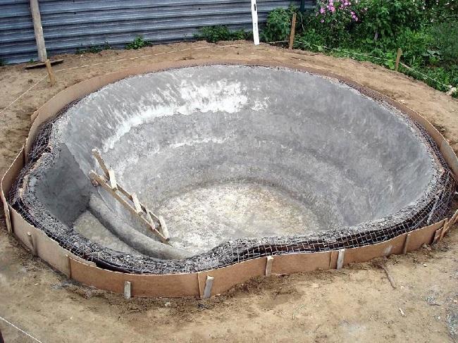 бетонированный пруд на участке
