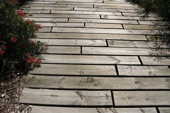 деревянное мощение дорожек