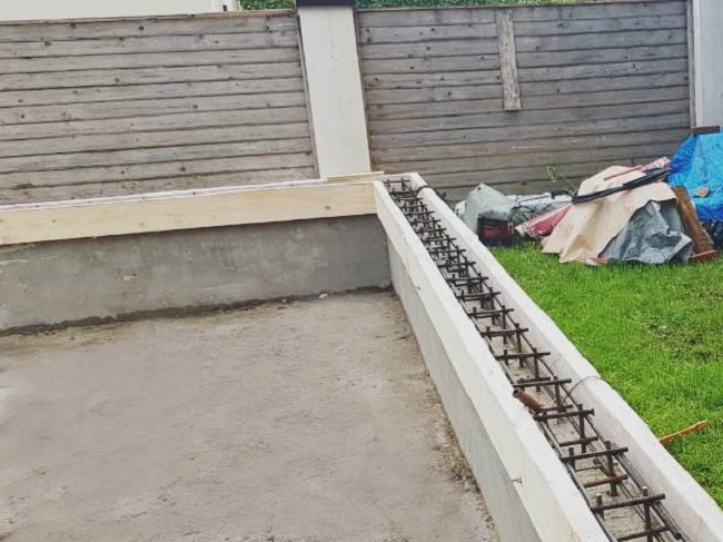 заливка цоколя опалубки бетоном
