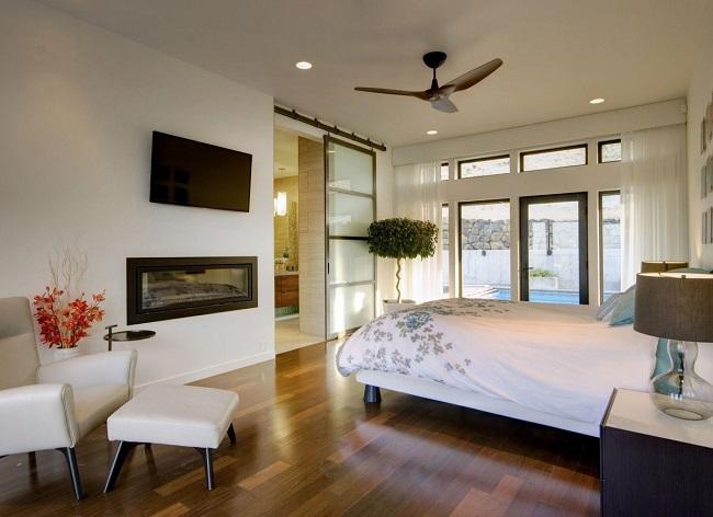 интерьер спальни загородного дома с деревцем