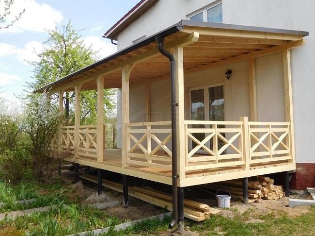 проект террасы с крышей и перилами из дерева