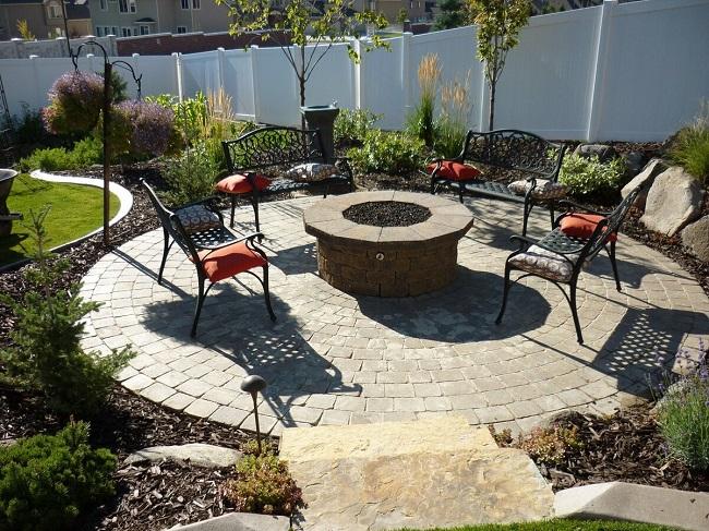 садовая мебель рядом с очагом