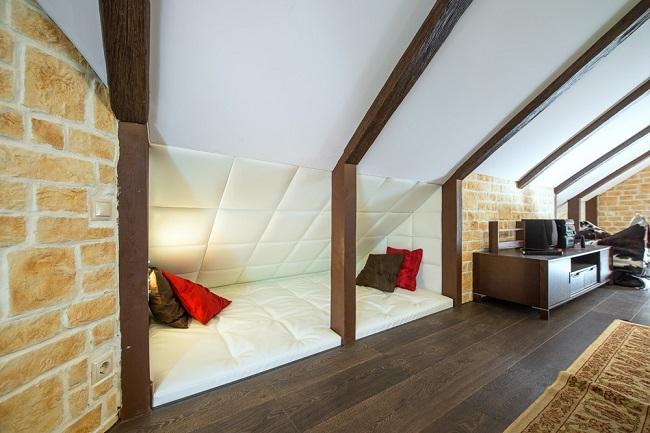 интерьер мансардного этажа в частном доме