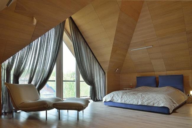 дизайн с многоскатной крышей мансарды