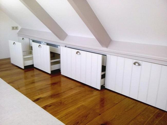 встроенные шкафы в скате мансарды