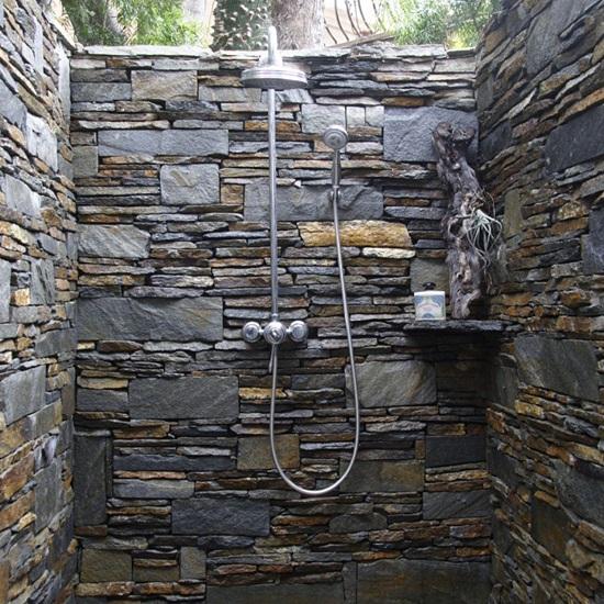 летний душ из натурального камня