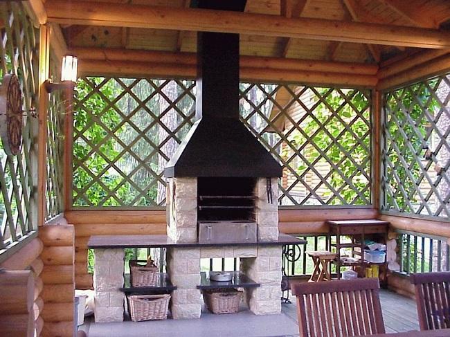 деревянная беседка с печью и мангалом