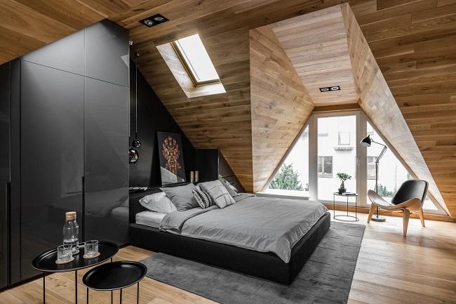 дизайн мансарды с кроватью и шкафом