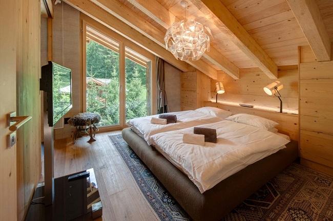 интерьер деревянной односкатной мансарды