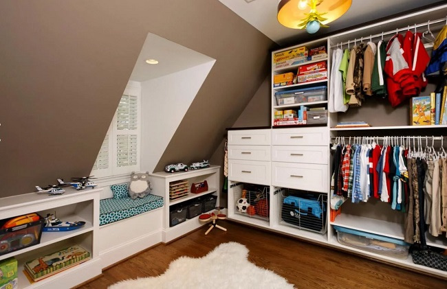 интерьер гардеробной на мансардном этаже