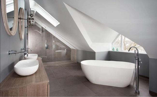 ванная на мансарде с ломанной крышей