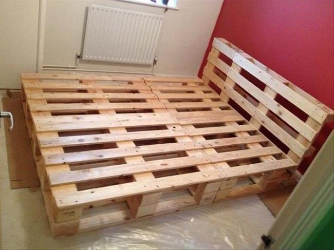 двуспальняя кровать из поддонов