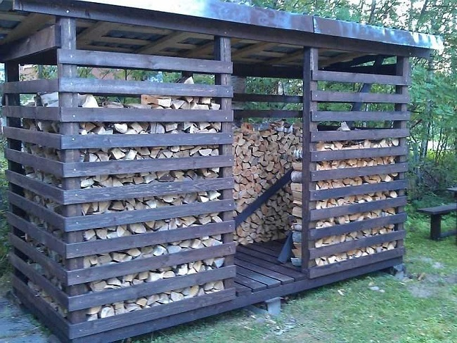 дровяник из дерева на дачу