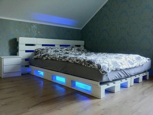 стильная кровать из поддонов