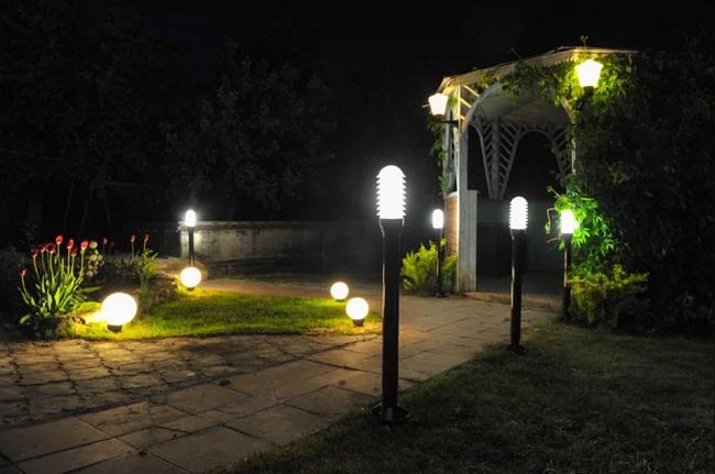 подсветка беседки со вьщимися растениями