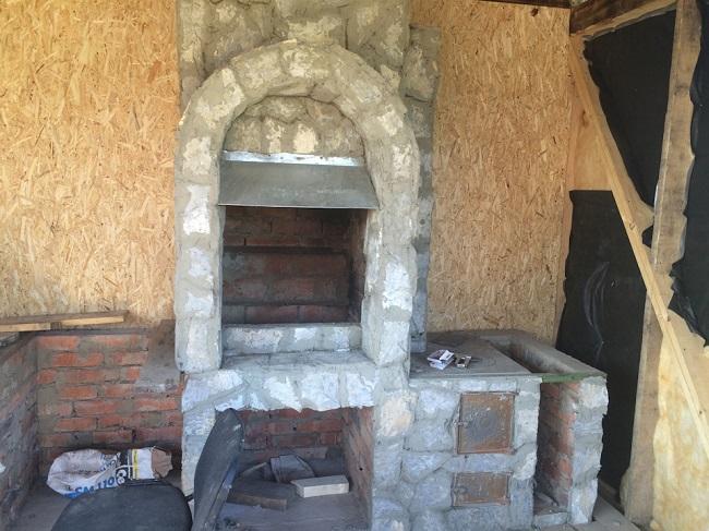 печь барбекю в летней кухне