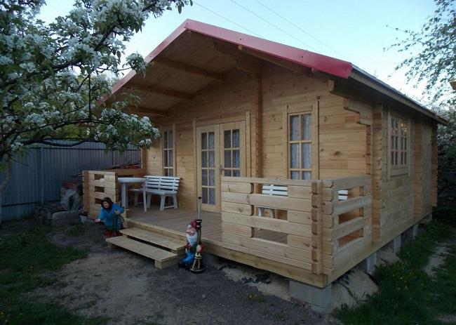 одноэтажный дом с террасой и крыльцом