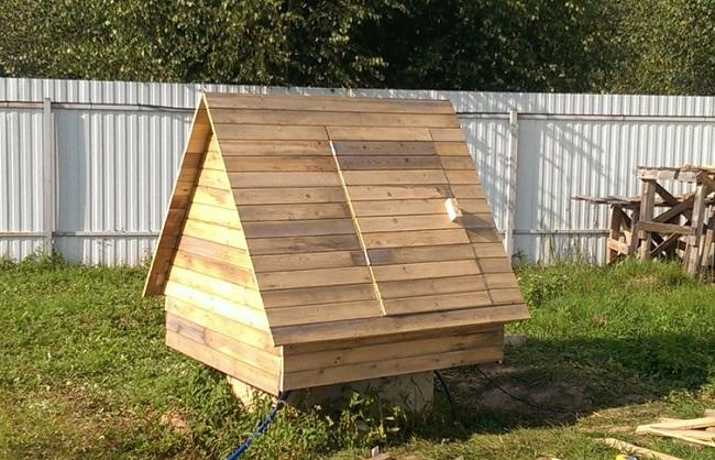 домик из дерева с дверцей для колодца
