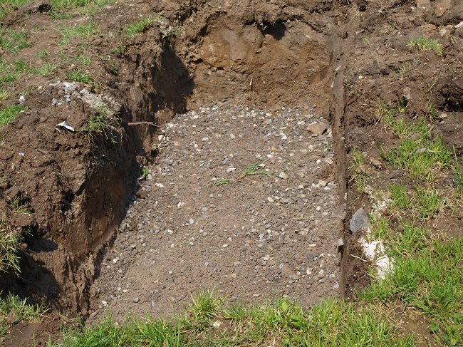 компостная яма в земле