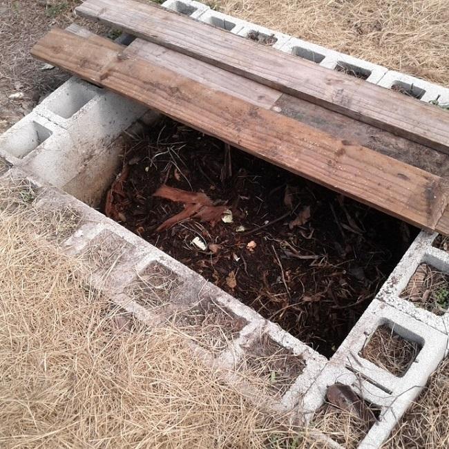 компостная яма в земле обложенная блоками