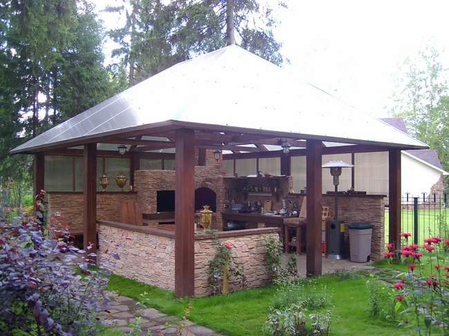 полуоткрытая летняя кухня с крышей из поликарбоната