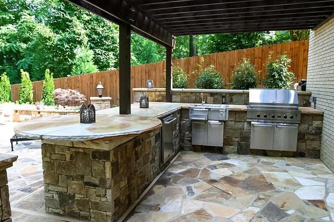 летняя кухня уложенная природным камнем